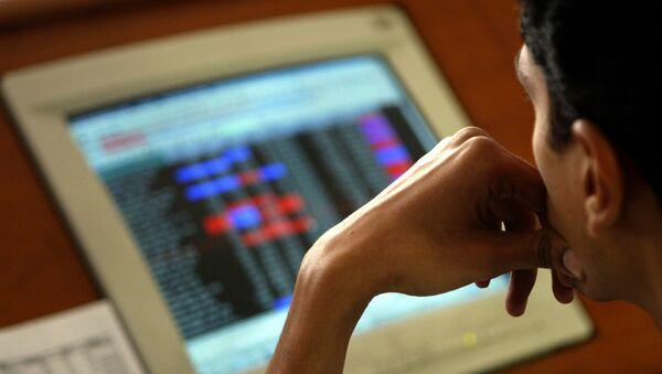 Un hombre de Bombay revisa los precios de las acciones - Sputnik Mundo
