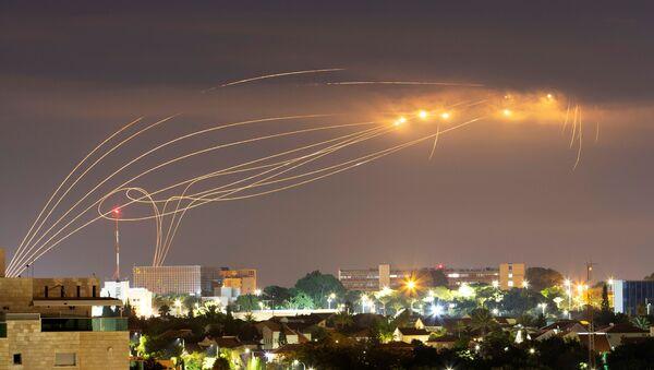 El sistema de defensa aérea Cúpula de Hierro israelí intercepta los misiles lanzados desde Gaza - Sputnik Mundo