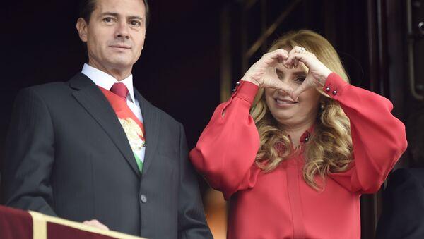 El expresidente de México, Enrique Peña Nieto, y su esposa Angelica Rivera durante la celebración del Día de la Independencia de México en 2018 - Sputnik Mundo