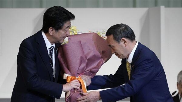 Shinzo Abe (izda.) y Yoshihide Suga (dcha.), políticos japoneses - Sputnik Mundo