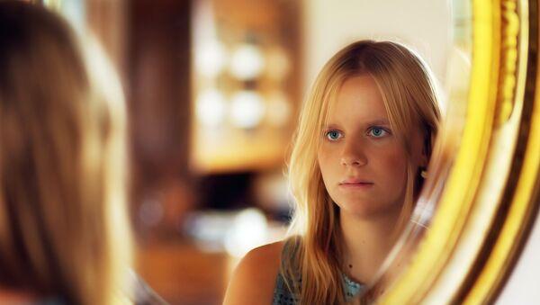 Una chica en el espejo, referencial - Sputnik Mundo