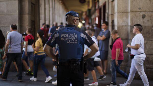 Un policía controla los accesos a la Plaza Mayor antes de una final de la Champions - Sputnik Mundo