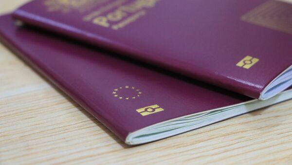 Unos pasaportes de la UE - Sputnik Mundo