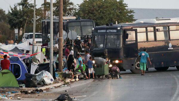 La Policía griega trata de dispersar a los migrantes tras un incendio en el campamento de Moria, Lesbos - Sputnik Mundo