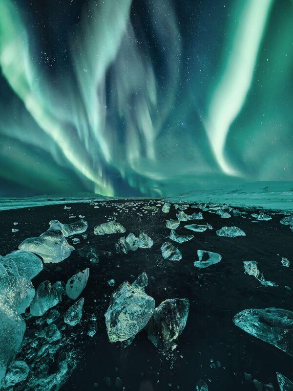 La instantánea 'Iceland' ('Islandia'), de la fotógrafa rusa Kristina Makeeva, de la categoría 'Aurorae'.   - Sputnik Mundo