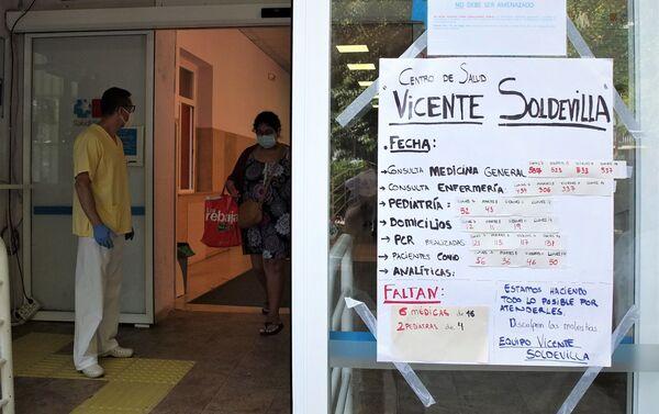 Cartel en el centro médico Vicente Soldevilla de Vallecas (Madrid) - Sputnik Mundo