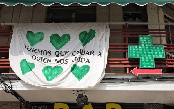 Pancarta de apoyo a los sanitarios en Vallecas (Madrid) - Sputnik Mundo