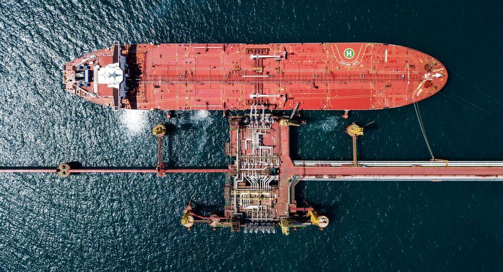 Un petrolero ruso cerca de un terminal