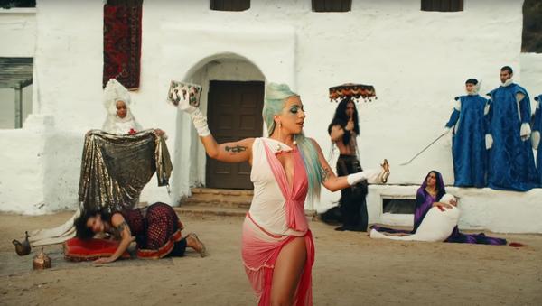Escena del videoclip '911' de la artista estadounidense Lady Gaga - Sputnik Mundo