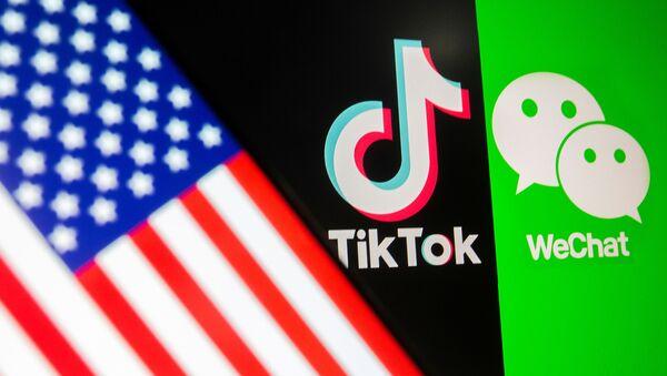 Logos de las aplicaciones chinas TikTok y WeChat con una bandera de EEUU - Sputnik Mundo