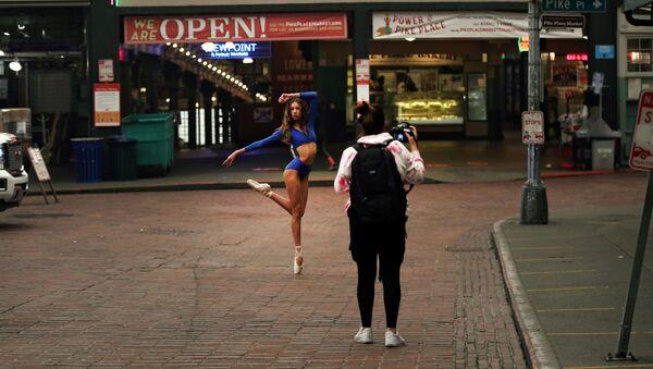Una bailarina posa para un fotógrafo en el Pike Place Market en Seattle - Sputnik Mundo