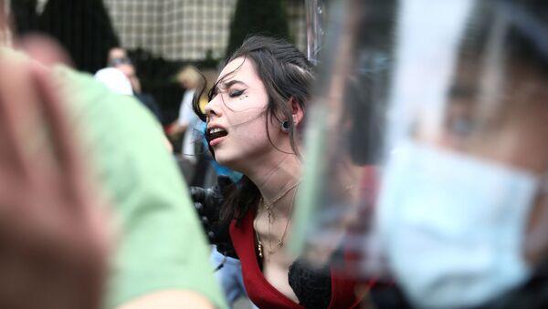 Una mujer durante unas protestas en Berlín, Alemania - Sputnik Mundo