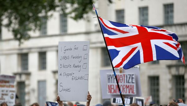 Manifestantes protestan contra las medidas restrictivas de combate al coronavirus en Reino Unido el 29 de agosto - Sputnik Mundo