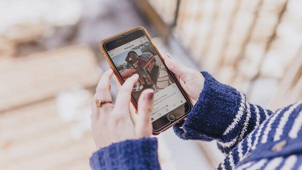 Una persona navega en Instagram - Sputnik Mundo