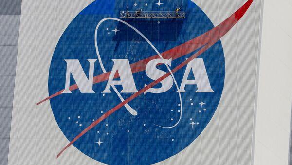 El logo de la NASA en un edificio del centro espacial John F. Kennedy en Cabo Cañaveral - Sputnik Mundo