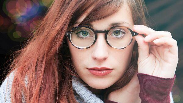 Una chica en gafas - Sputnik Mundo
