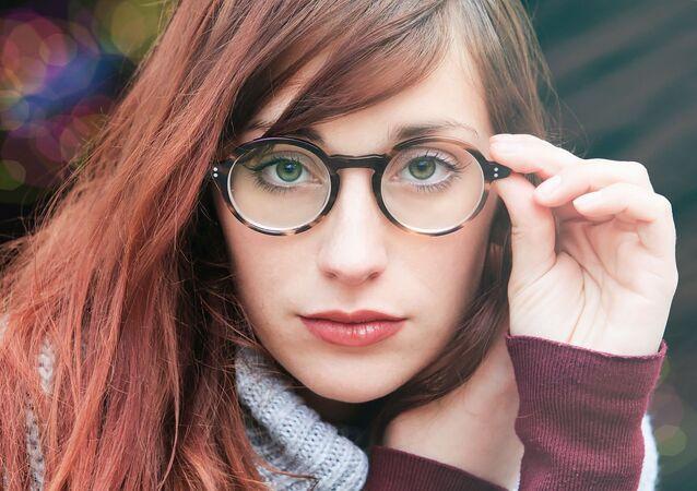 Una chica en gafas
