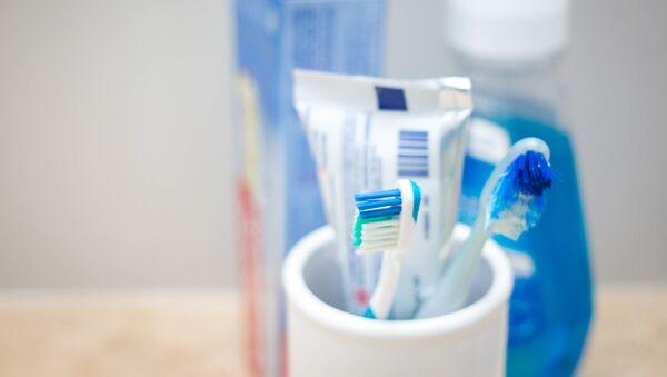 Un tubo de pasta dental y cepillos de dientes - Sputnik Mundo