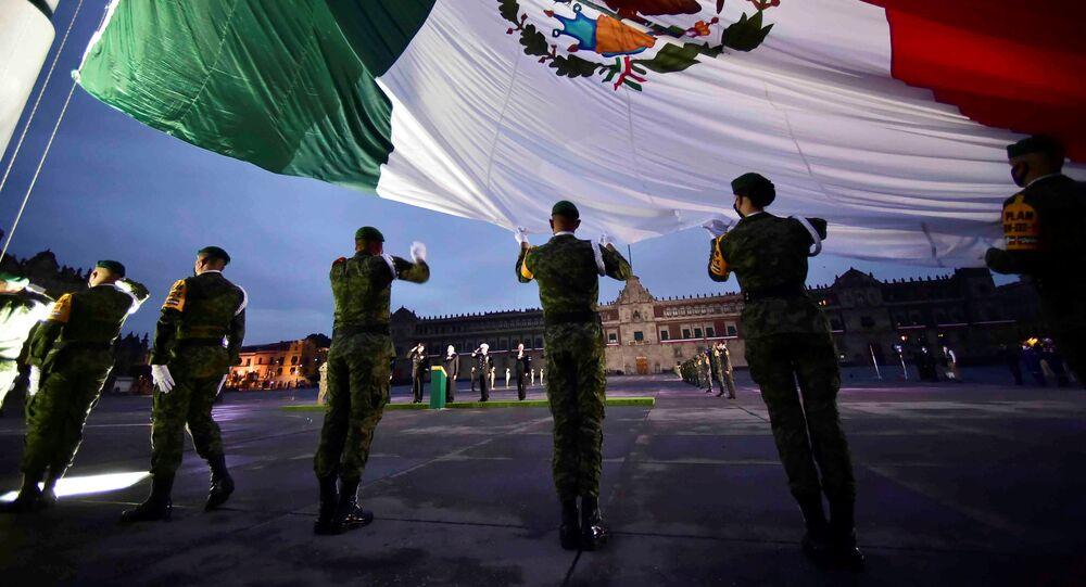 Los soldados sostienen la bandera nacional mexicana