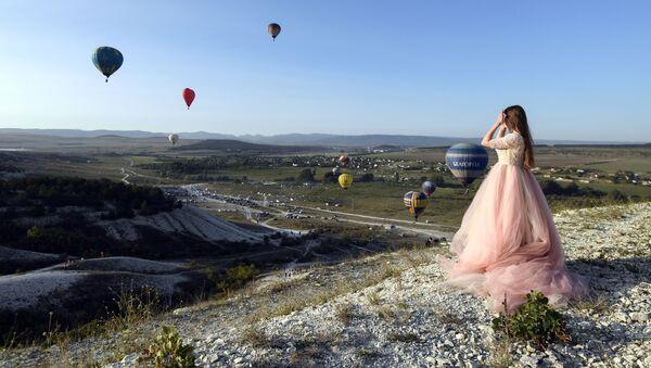 Una joven al pie de la Roca Blanca. - Sputnik Mundo