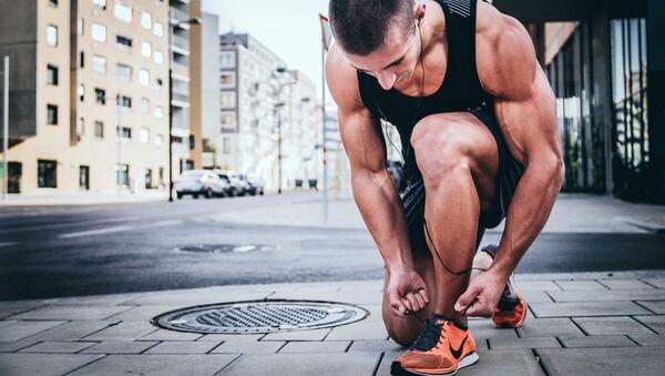 Un hombre atándose los cordones de los zapatos - Sputnik Mundo