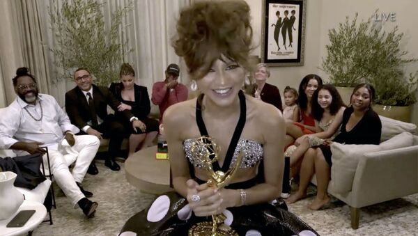 Zendaya recibe el Emmy a la mejor actriz en una serie dramática - Sputnik Mundo