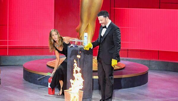 Jennifer Aniston apaga unas llamas en el Staples Center durante la 72a ceremonia de los premios Emmy - Sputnik Mundo