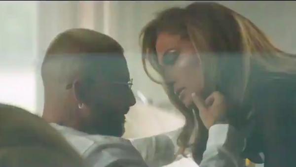 Los cantantes Jennifer Lopez y Maluma en el videoclip de su nueva colaboración musical - Sputnik Mundo