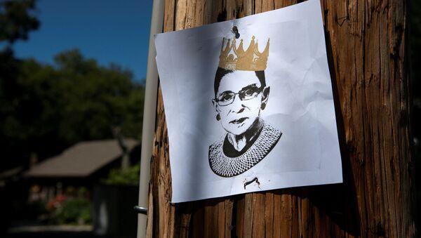 Un cartel con un retrato de la jueza Ruth Ginsburg - Sputnik Mundo