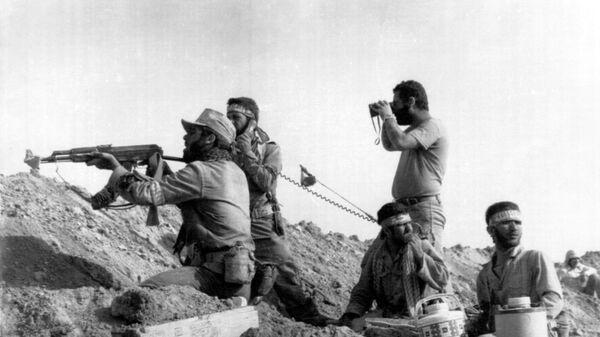 Soldados iraníes durante la guerra con Irak - Sputnik Mundo