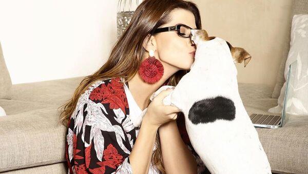 La modelo colombiana Carolina Cruz y su perro Dandy - Sputnik Mundo