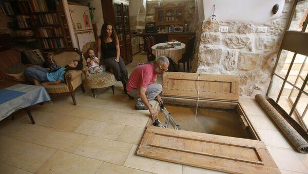 Antiguo baño ritual judío (mikve) en el living de la casa de una familia, en Jerusalem - Sputnik Mundo