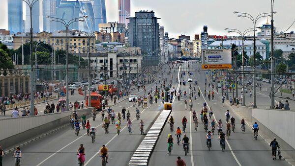 Gente andando en bicicleta - Sputnik Mundo