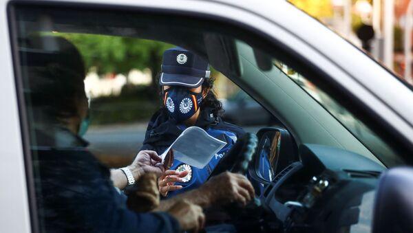 Un policía en los controles en las zonas de restricciones por coronavirus en el barrio de Vallecas en Madrid  - Sputnik Mundo