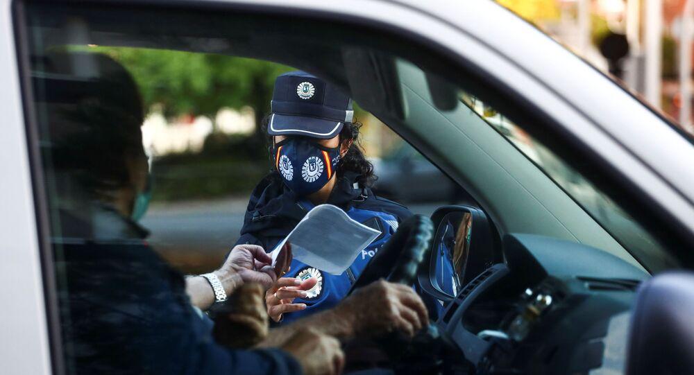 Un policía le pide los documentos a un conductor en Vallecas