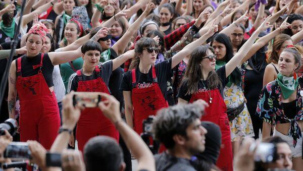 El colectivo feminista chileno LasTesis durante una manifestación en Santiago de Chile - Sputnik Mundo