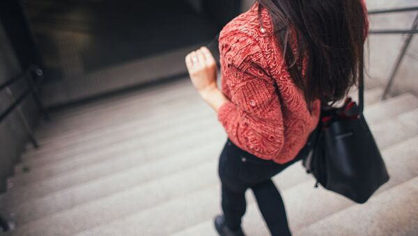Imagen referencial de una chica caminando con su bolso - Sputnik Mundo