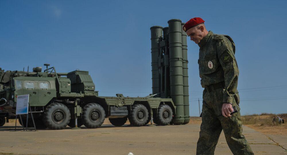 Un miliar al lado de un sistema ruso de defensa antiaérea S-400