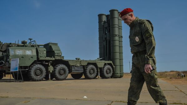 Un miliar al lado de un sistema ruso de defensa antiaérea S-400 - Sputnik Mundo