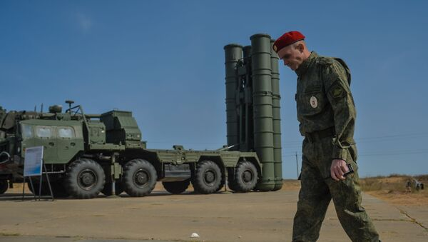 Un militar al lado de un sistema ruso de defensa antiaérea S-400 - Sputnik Mundo
