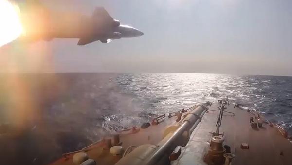 Unos buques de guerra rusos ponen a prueba sus misiles - Sputnik Mundo