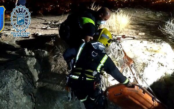 Rescate de joven precipitada al vacío a una oquedad de 7 metros de profundidad - Sputnik Mundo