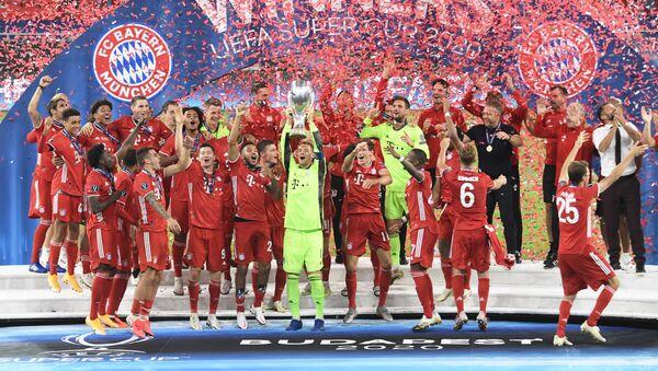 Este ha sido un buen año para el Bayern de Múnich, que tras vencer al PSG en la final de la Champions y al Sevilla en la Supercopa, se corona como amo absoluto del deporte rey en Europa. En un reñido encuentro, los bávaros lograron ganarle al club español con un gol en el minuto 104 de la prórroga de Javi Martínez. - Sputnik Mundo