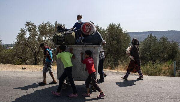 Migrantes del campo de refugiados de Moria, en la isla griega de Lesbos - Sputnik Mundo