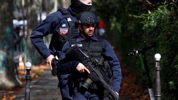 La Policía francesa tras un ataque cerca de las antiguas oficinas de Charlie Hebdo en París - Sputnik Mundo