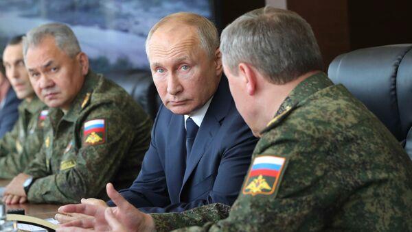 El presidente ruso, Vladímir Putin, en los ejercicios Kavkaz 2020 - Sputnik Mundo