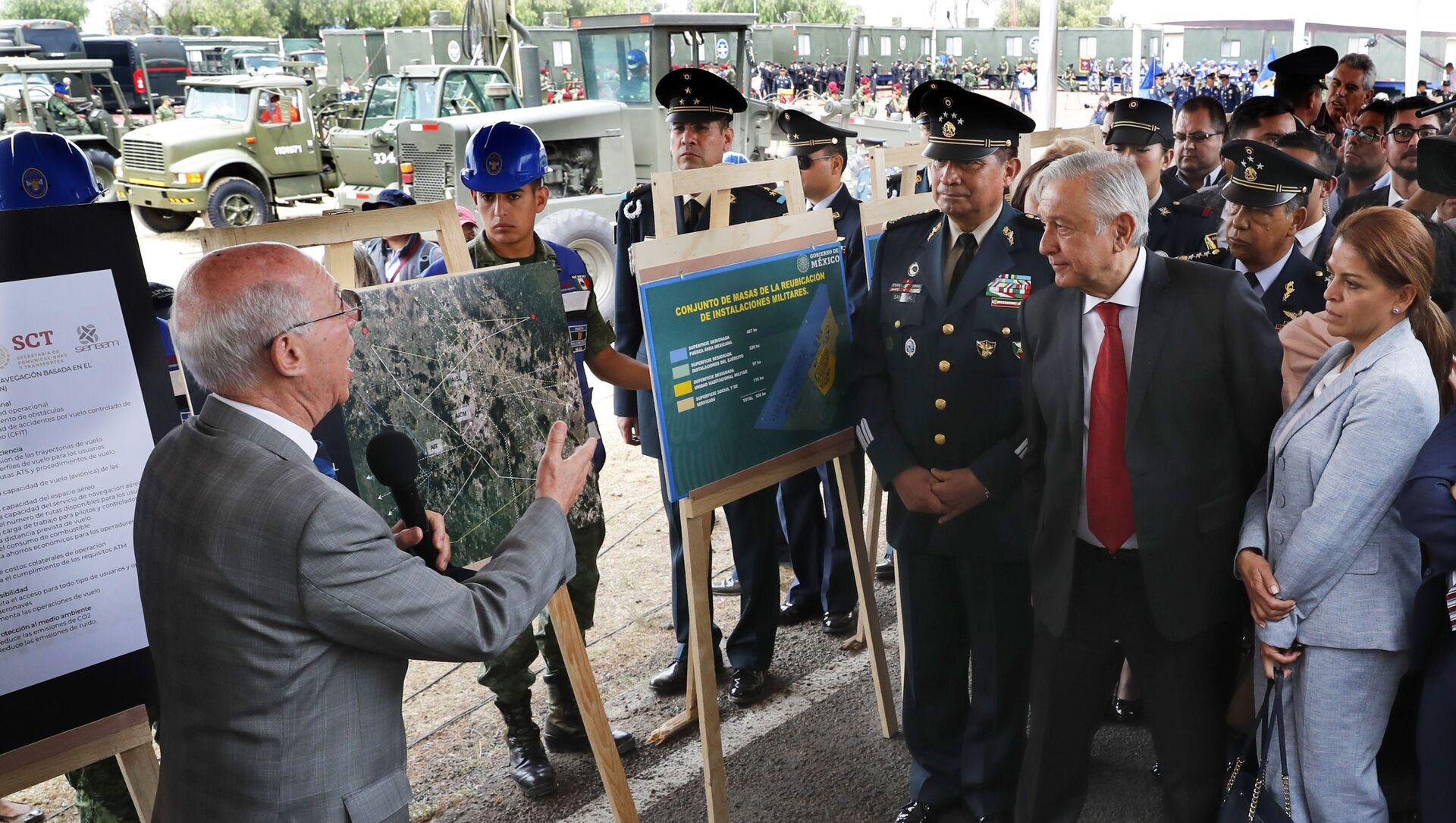 Andrés Manuel López Obrador, presidente de México durante la demostración del proyecto de la construcción del nuevo aeropuerto en la base militar Santa Lucia - Sputnik Mundo, 1920, 25.09.2020
