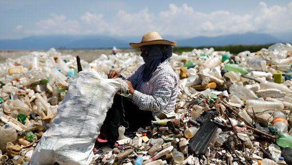 Empleados recopilan la basura en la cuenca del río Motagua en El Quetzalito, Guatemala. - Sputnik Mundo