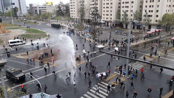 Déjà vu del estallido social en Chile: trabajadores de la salud protestan, Carabineros reprime - Sputnik Mundo