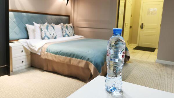 Una botella de agua en una habitación del hotel donde supuestamente envenenaron al opositor Navalni - Sputnik Mundo